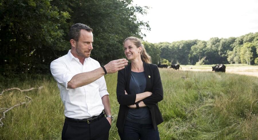 Miljø- og fødevareminister Jakob Ellemann-Jensen og præsidenten for Danmarks Naturfredningsforening, Maria Reumert Gjerding, mødtes i Hareskoven for at diskutere de nye naturbeskyttelsestiltag.
