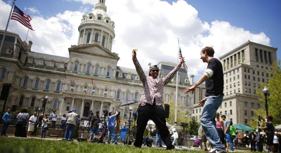 Der var glæde ved rådhuset i Baltimore lørdag. Demonstranter fejrer, at seks politifolk er blevet tiltalt på drabet på 25-årige Freddie Gray. Det var netop hans død i politiets varetægt, der fik uroligheder til at blusse op i byen.