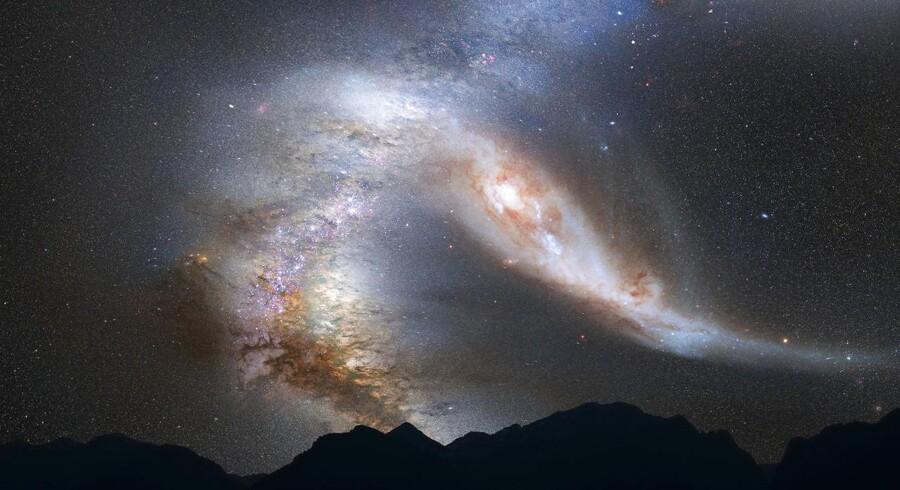 Sådan forestiller astronomer sig, at nattehimlen vil se ud kort før vores galakse, Mælkevejen, kolliderer med vores nabogalakse, Andromeda. Det forventes at ske om ca. fire mia. år.
