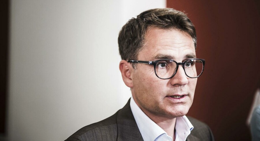 Ifølge erhvervsminister Brian Mikkelsen (K) blev Udenrigsministeriet og de danske efterretningstjenester ikke underrettet om britisk advarsel mod overvågningssoftware.