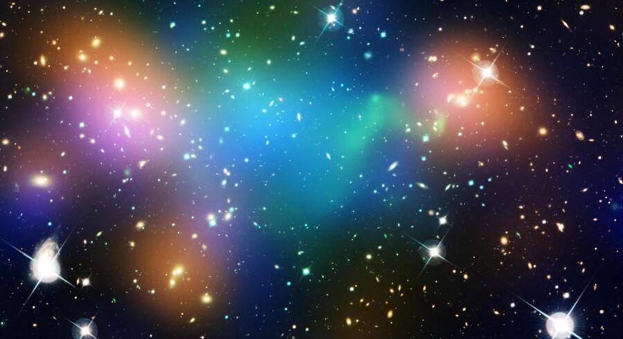 2,4 milliarder lysår borte er utallige galakser begyndt at forene sig i en galaksehob ved navn Abell 520. Imens strømmer varme »vinde« med stof og gasser mellem galakserne.