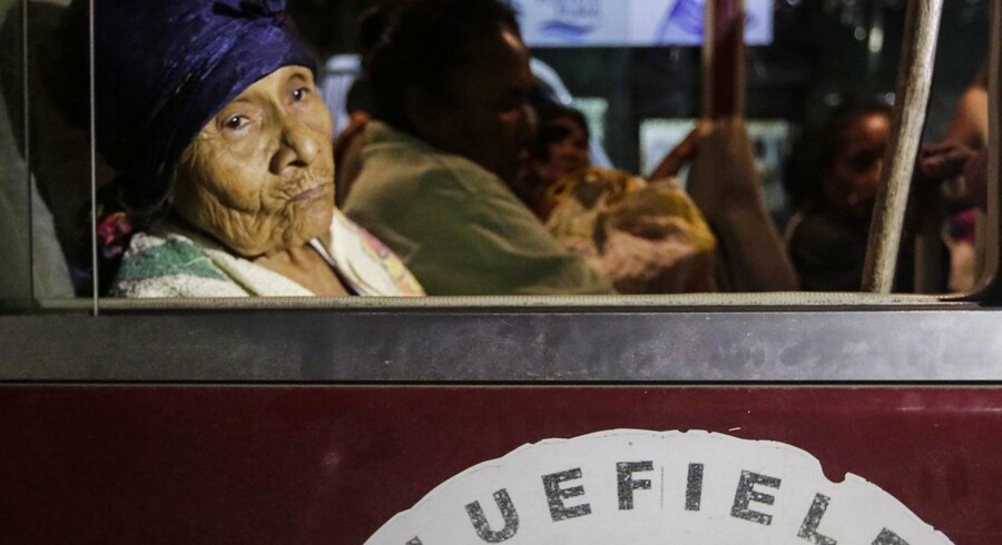 Lansbybeboere venter i bussen på at blive evakueret fra byen Bluefields i Nicaragua, før orkanen Otto rammer.