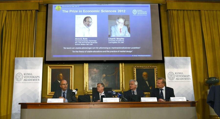 Vinderne af Nobelprisen i økonomi 2012 er de amerikanske økonomer Alvin E. Roth og Lloyd S. Shapley (ses på skærmen).