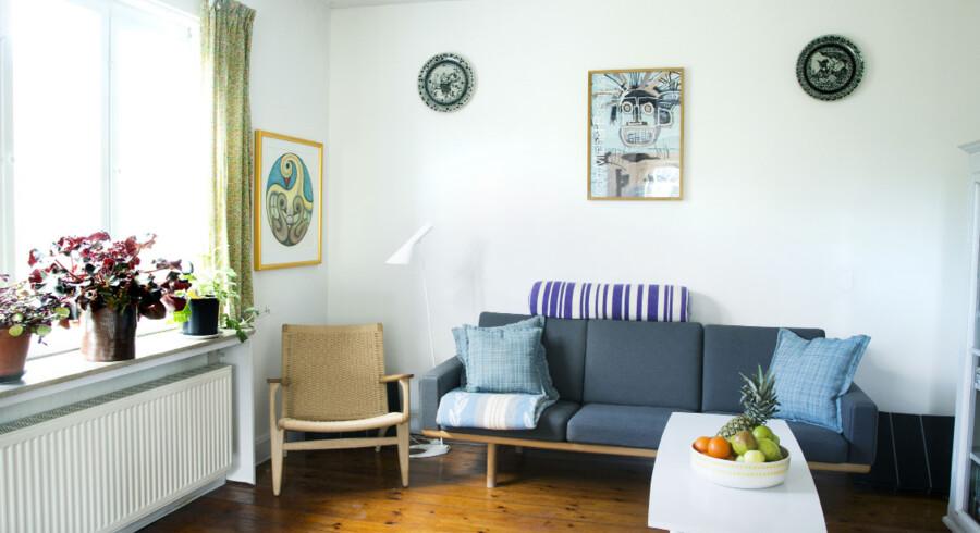 I stuen står blandt andet en Wegner-sofa og -stol, og selv om det er design fra en anden tids periode end huset, så synes Trine Weng alligevel, at det passer godt ind, for møblerne har det samme udgangspunkt som både hus, mange af parrets ting og de produkter, Trine Weng selv laver. Det handler om gode materialer samt enkelt og tidsløst design. Sofaen står helt tilbage i rummet, mens sofabordet er stillet på tværs , så det åbner op og giver en fornemmelse af mere rum og luft.