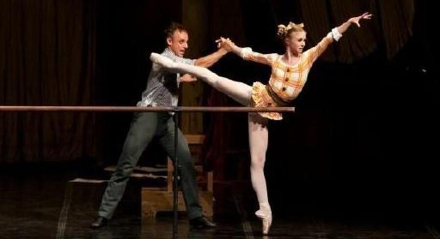 Thomas Lund som dansemesteren og Ida Praetorius som eleven i »Enetime«.