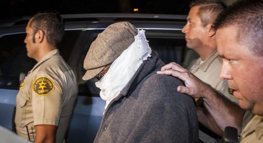 Nakoula Basseley Nakoula er eskorteret fra sit hjem. Han er anholdt, fordi han har overtrådt betingelserne for en prøveløsladelse.