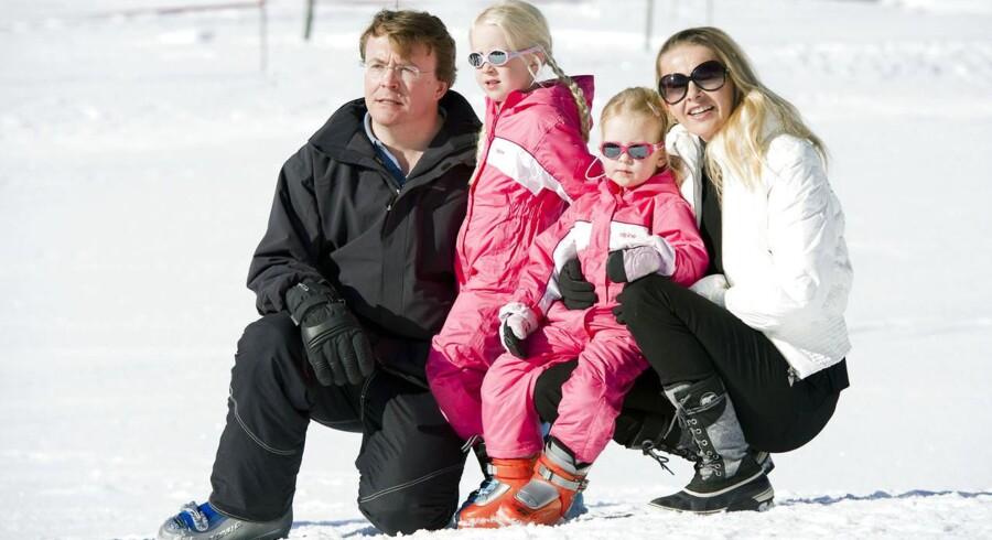 Hollandske prins Friso er vågnet fra sin koma efter et lavineuheld i februar i år. Her er han fotograferet sammen med sin kone, prinsesse Mabel og deres to døtre, Luana og Zaria i 2011.