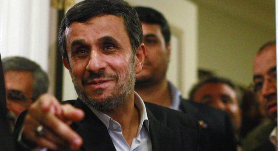 Amerikanerne vil hellere sætte deres stemme på den iranske præsident Mahmoud Ahmadinejad end Barack Obama, lød det i en satirisk artikel fra The Onion.