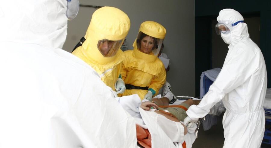 Sådan ser det formentlig ud på Hvidovre Hospital på Infektionsmedicins afdeling lige nu, hvor man har modtaget en patient med en SARS-lignende virus. BEMÆRK, at billedet her er fra en øvelse på Hvidovre Hospital.