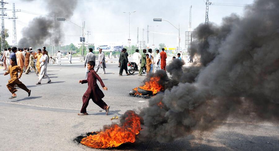 Der brændes dæk af i protest mod Muhammed-filmen i Rawalpindi 21. september.