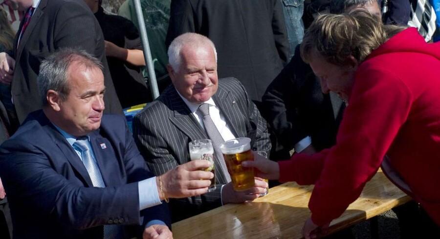 Præsident Vaclav Klaus (i midten) i hyggeligt lag under åbningsfest for en ny bro. Senere rystes han af en bevæbnet mands angreb.