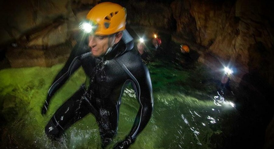 Selvom astronauterne havde travlt med at udforske grotten, var der også tid til spas. Her fremviser astronauterne et af deres skjulte talenter - synkronsvømning. (Foto: ESA-V.Crobu)