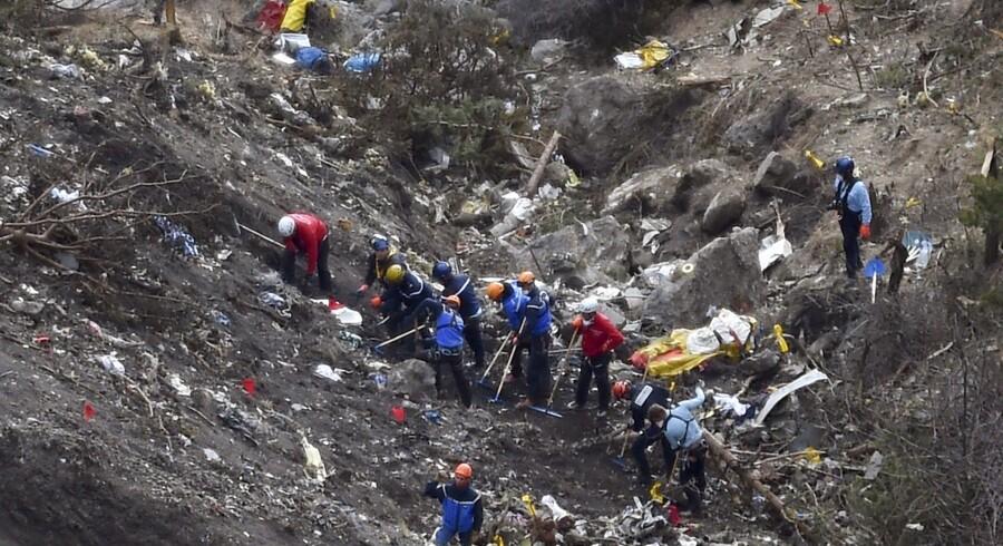 Redningsmandskab under oprydningen i de franske alper, hvor Germanwings-flyet styrtede ned 26. marts 2015. Scanpix/Anne-christine Poujoulat