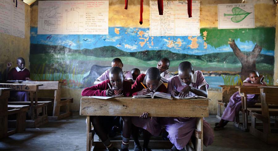 En tredjedel af afrikanerne lever som middelklasse, ni ud af ti børn i udviklingslande går i skole og 14.000 færre børn dør dagligt i forhold til for 20 år siden. Billedet er fra 6. juli 2012 og viser et klasselokale i Nkoiale, Kenya.