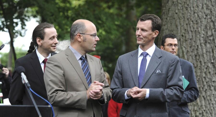 Flensborgs dansksindede overborgmester, Simon Faber, her sammen med prins Joachim, må nu overlade borgmesterkontoret til Simone Lange. (arkivfoto) Scanpix/Povl Klavsen