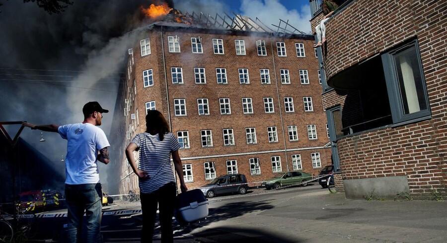 Mandag eftermiddag udbrød der pludselig brand i en beboelsesejendom på Ørnevej i Københavns norvestkvarter.