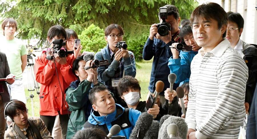 Her ses drengens far til et pressemøde.