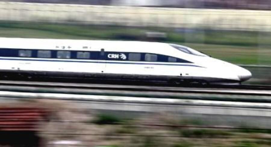 Statsminister Helle Thorning-Schmidt kører virkelig ind i fremtiden, når hun i morgen onsdag kører med hurtigtoget fra Beijing til Shanghai. Hun vil drøne afsted med over 300 km i timen i fire timer på den 1.300 km lange strækning.