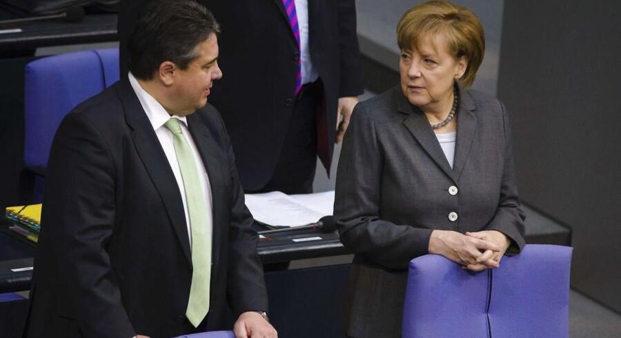 Økonomiminister Sigmar Gabriel og kansler Angela Merkel er angiveligt ved at sætte en kæp i hjulet på et salg af tyske tanks til Saudi Arabien.