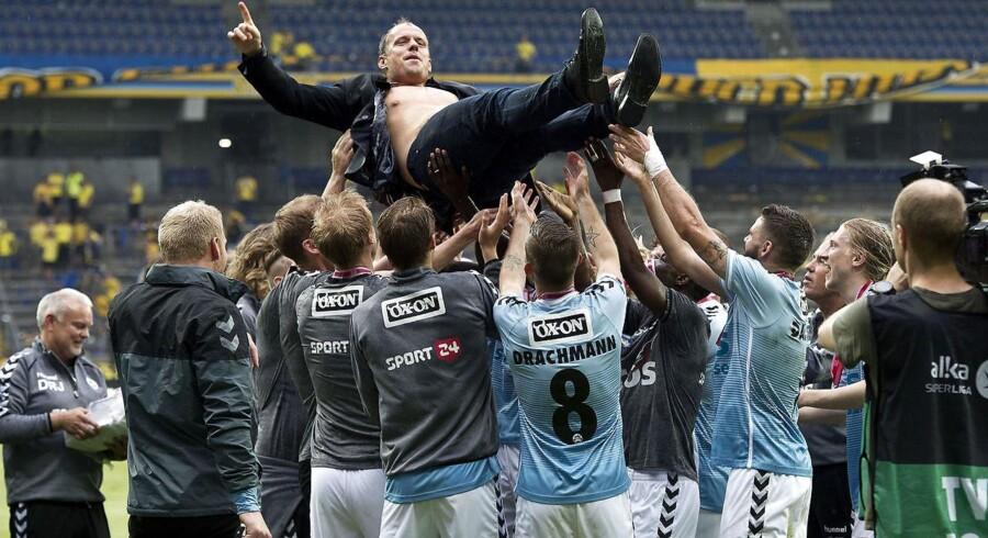 SønderjyskE's cheftræner Jakob Michelsen fejrer sølvmedaljerne.