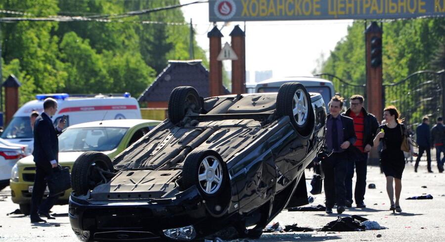 Mindst tre personer er omkommet i et gruppeslagsmål på en gravplads i den russiske hovedstad, Moskva, lørdag.