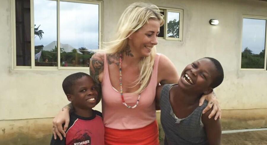 Som 23-årig passede hun sin kræftsyge mor, til hun døde, og Anja Lovén blev kastet ud i en årelang eksistentiel krise. Indtil hun sagde sit job og sin lejlighed op, solgte alle sine ejendele og rejste til Afrika for at redde »heksebørn«. I dag har hun sin egen, succesrige nødhjælpsorganisation, er blevet verdensberømt – og har fundet ro i sindet.