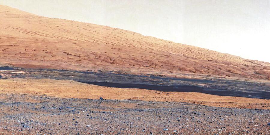 Billedet af Mars' overflade er taget af »Curiosity« den 27. august 2012. Billedet viser Mount Sharp, et bjerg inden i Gale-krateret, hvor Nasa-bilen landede (Foto: NASA)