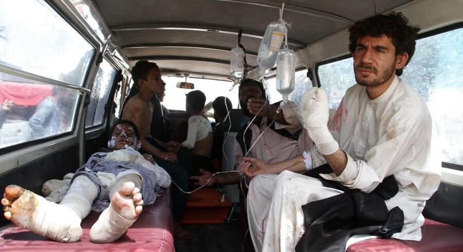 De tre køretøjer brød i brand, og mange kvæstede blev fragtet til hospitaler i provinsen Ghazni.