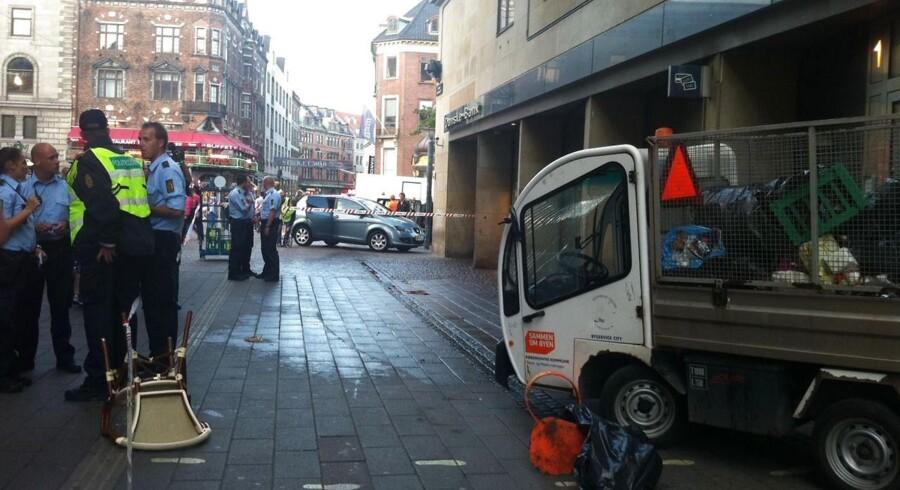 Politiafspærringen på Strøget i København, hvor en amerikansk turist blev dræbt af en løbsk skraldebil onsdag aften 29.august 2012. Ulykken skete lidt før klokken 19.