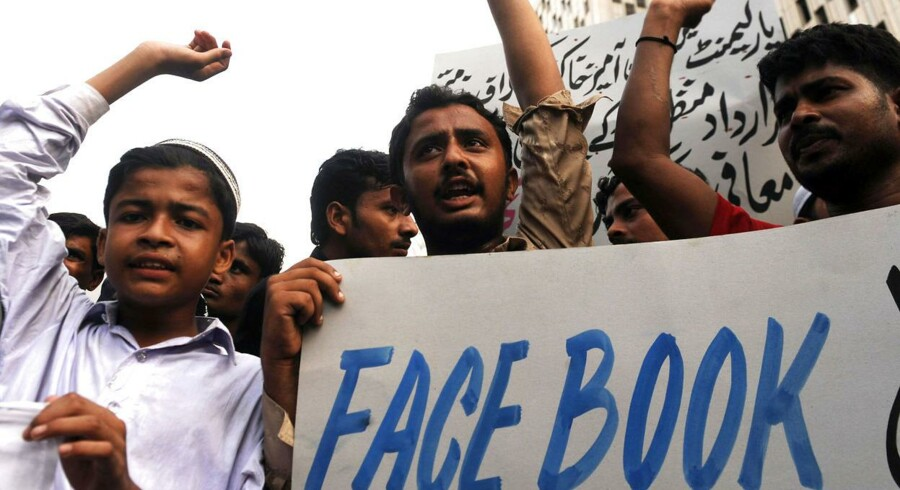 Salamworld håber på at vinde muslimers opmærsomhed. Her demonstrerer en gruppe af muslimer mod karikaturer af profeten Muhammad på Facebook.