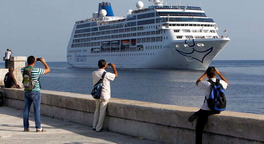 """Mange cubanere var mandag mødt frem ved havnen i Havana for at byde det amerikanske krydstogtskib """"Adonia"""" velkommen."""