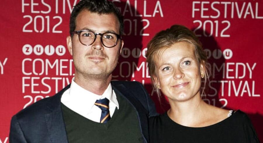 Tv-værten Pelle Hvenegaard med sin kone, der blev overrasket, da hun både blev friet til og gift på en dag.