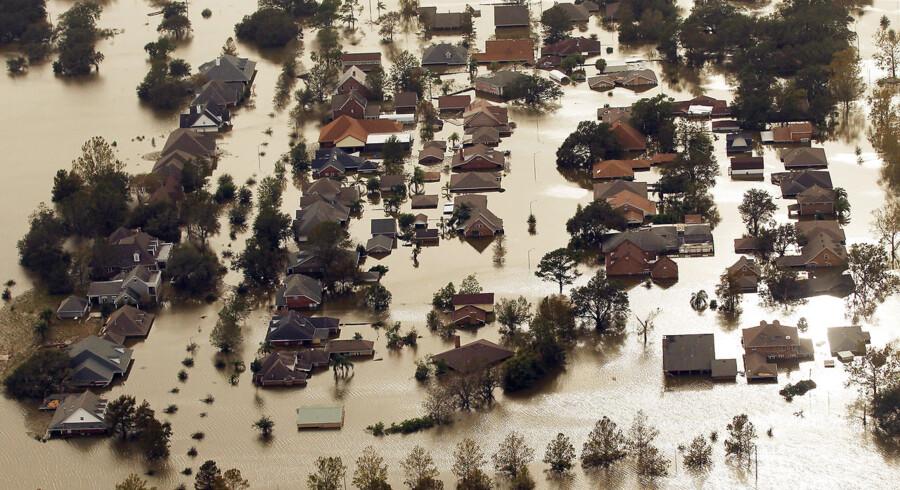 En mand og en kvinde er druknet i et hus i den oversvømmede by Braithwaite i Louisiana, hvor vandmasserne flere steder har stået op til hustagene.