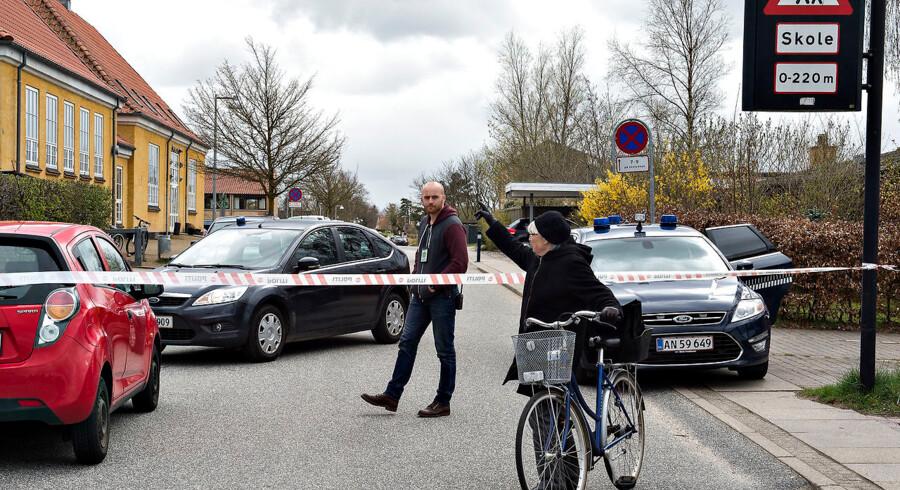 Gammel Hasseris Skole i Aalborg er onsdag eftermiddag evakueret efter en bombetrussel. Her afspærring ved skolen