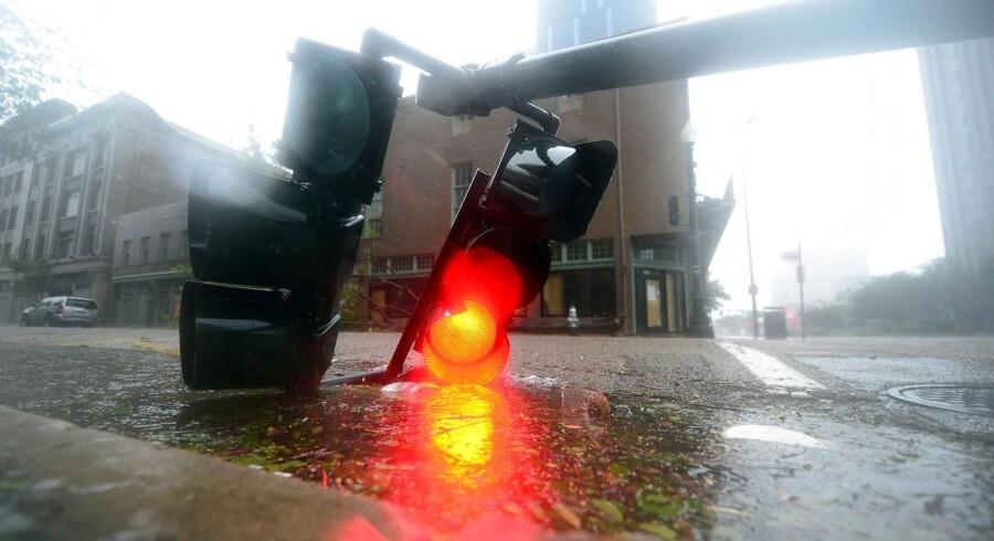 En nedfalden lyskurv i New Orleans i deltstaten Louisiana, der har besøg af orkanen Isaac.