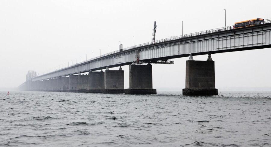 Regeringen foreslår at afsætte 3,9 milliarder kroner til broen fra Infrastrukturfonden på næste års finanslov, men der skal flere penge til. Derfor vil transportminister Henrik Dam Kristensen (S) ikke udelukke, at de skal findes ved hjælp af brugerbetaling på broen.