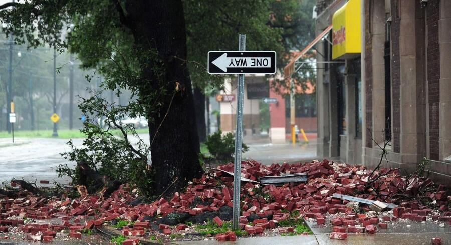 Nedfaldne mursten har vendt et vejskilt om i New Orleans. Orkanen Isaac bliver en dyr affære at rydde op efter.