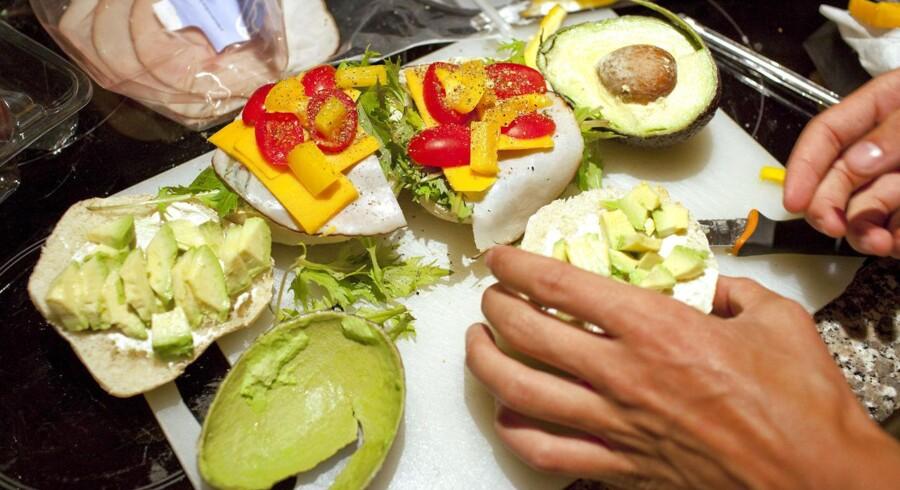 Det er paradoksalt, at danskerne går op i at smøre grønne, økologiske og bæredygtige madpakker, men ikke er opmærksomme på, hvad de pakker maden ind i, mener Christian Poll fra Danmarks Naturfredningsforening.