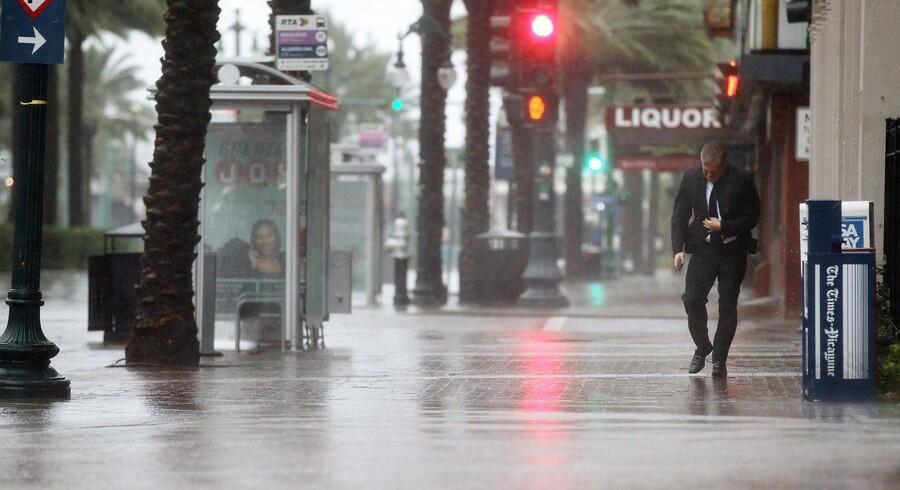 Orkanen Isaac har efterladt tusinder uden strøm i storbyen New Oreleans.