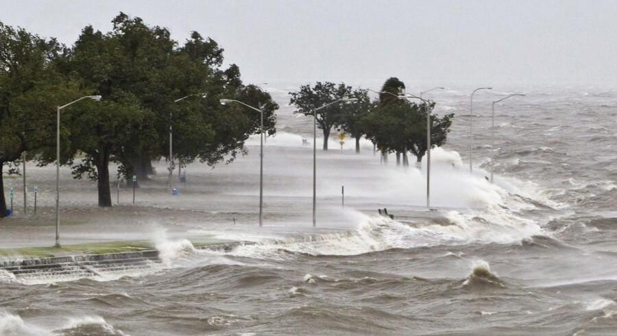 Redningsfolk kæmper for at nå frem til de beboere, der er blevet spærret inde efter oversvømmelser forårsaget af orkanen Isaac.