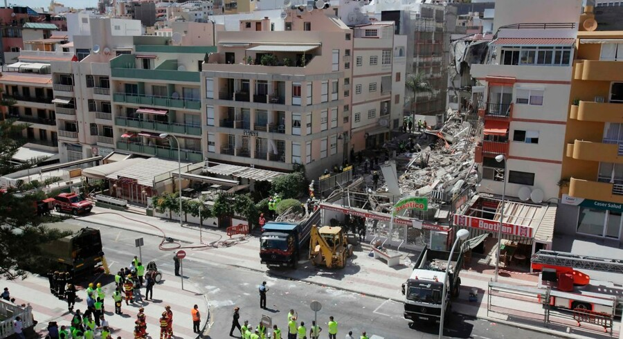 Firefighters and rescue team work in the area of a residential building collapse in Los Cristianos, in the Spanish Canary island of Tenerife's town of Arona, on April 14, 2016. A woman was found dead under the rubble of a residential building that collapsed today in the Spanish archipelago of the Canary Islands for unknown reasons yet, authorities stated. / AFP PHOTO / DESIREE MARTIN