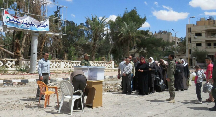 Syriske vælgere trodsede flere steder i landet de fortsatte kamphandlinger og minerede områder og mødte frem for at afgive deres stemme ved onsdagens valg - blandt andet her i den netop generobrede oldtidsby Palmyra.