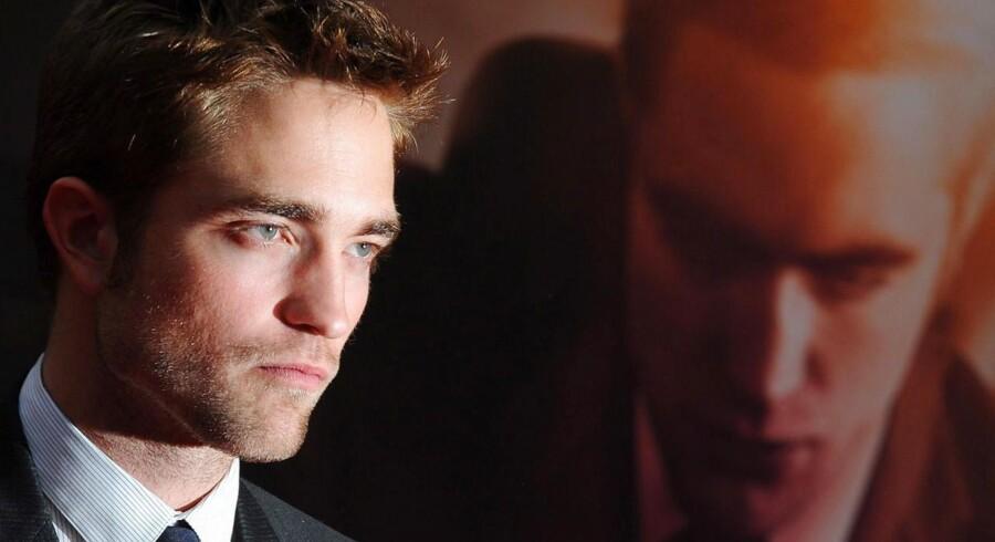 Robbert Pattinson ved en plakat for Twilight. Filmene og rollen som Edward Cullen bidrog til at gøre ham verdensberømt.