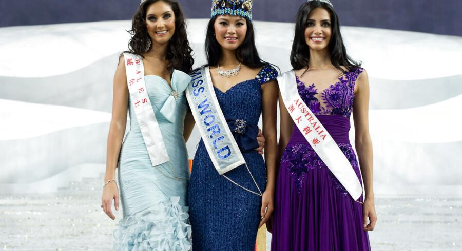 Miss World 2012 blev Yu Wenxia (midten) fra Kina, mens andenpladsen gik til Miss Wales, Sophie Moulds (tv.), og tredjepladsen gik til Miss Australien, Jessica Kahawaty, der her poserer efter kroningsceremonien.