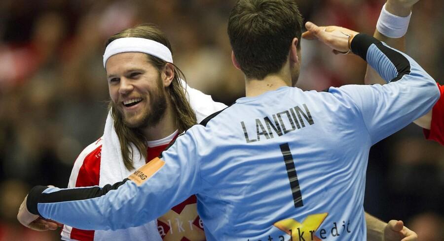 Mikkel Hansen og Niklas Landin lykønsker hinanden med OL-billetten efter den knebne sejr over et overraskende velspillende Bahrain.