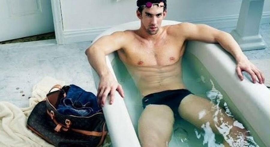Reklamefotoet her kan ende med at koste svømmestjernen dyrt på grund af tasken ved siden af badekarret.