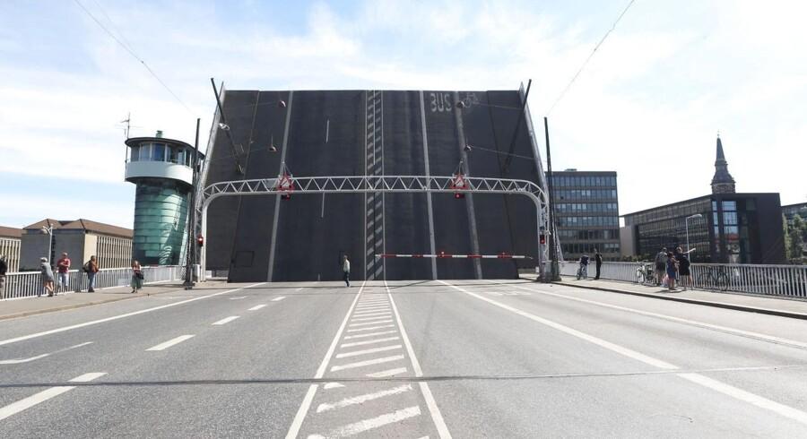Sådan ser det ud på Knibbelsbro set mod Christianshavn. Broklapperne sidder fast.