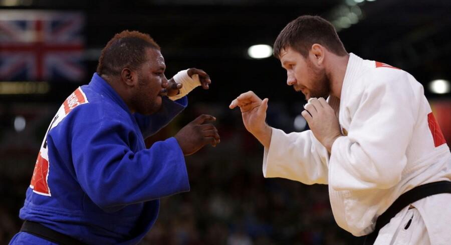 Cedric Mandembo til venstre tabte sin første og eneste judokamp ved OL i London efter 49 sekunder. Nu er han forsvundet.