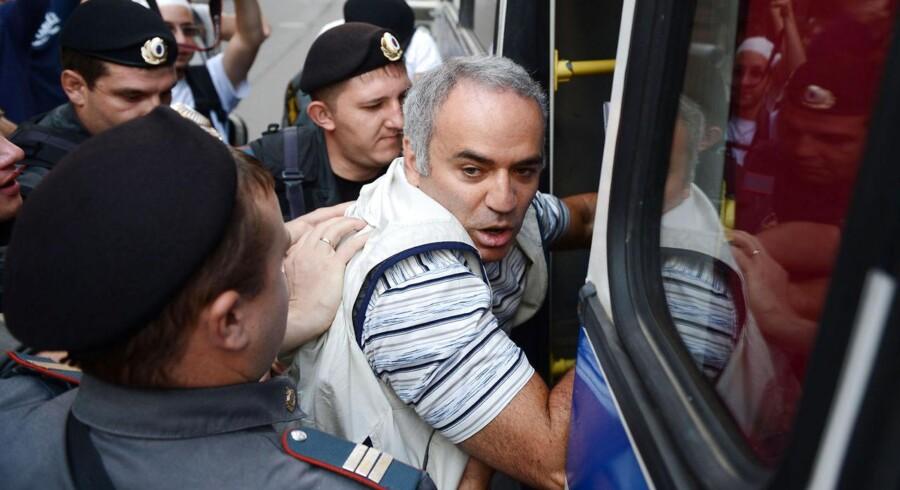 Den russiske skaklegende og oppositionspolitiker, Garry kasparov, bliver ført væk af politiet ved fredagens demonstrationer.