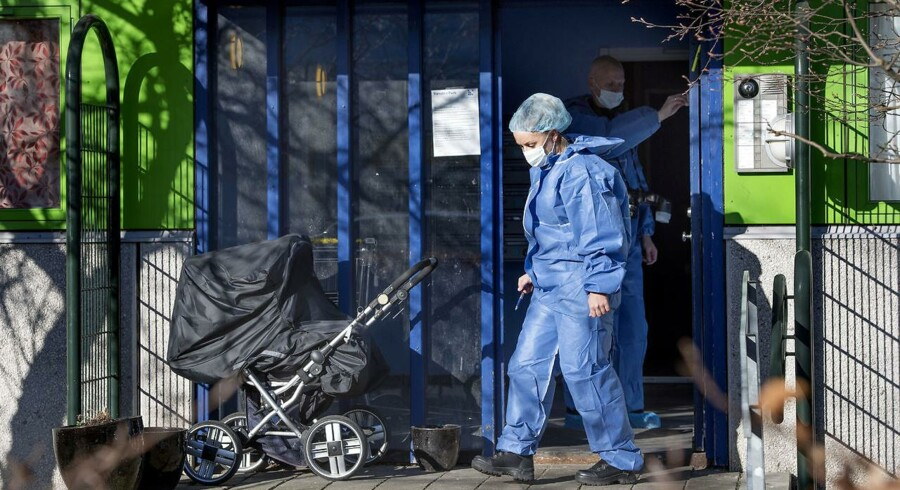 Politi i Værebroparken i Bagsværd fredag d. 1 april 2016 hvor en nyfødt pige er fundet i en affaldsskakt. Her er en polititekniker igang med at sikre DNA-spor.